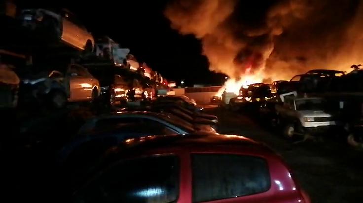Arden 200 coches en el incendio de esta madrugada en Sanlúcar Fuente Sanlúcar+Ciudad