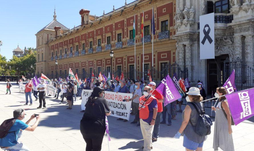 Representantes sindicales de CCOO en la Universidad de Cádiz participan en una concentración en San Telmo